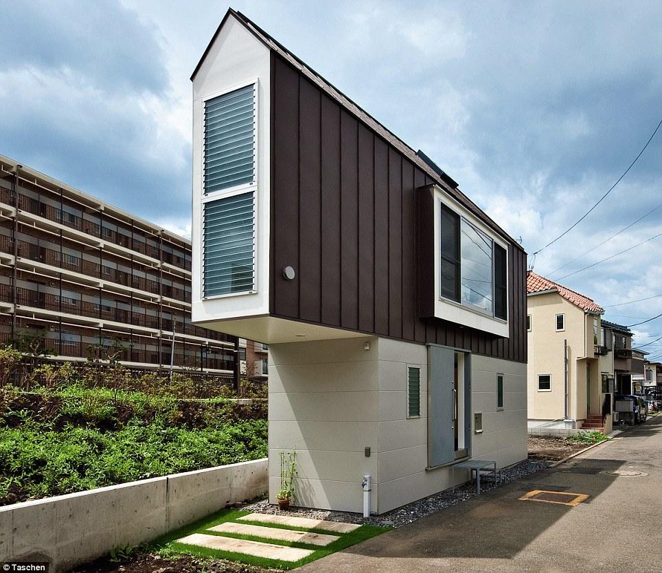 Una rebanada de la vida del río: El Riverside House, en Tokio, Japón, FUE construído En Un Pequeño triángulo de tierra y en Realidad Funciona de Como Una Casa de familia