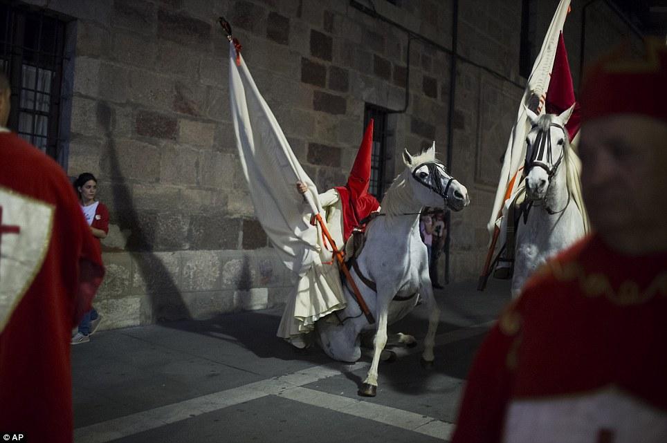 """A penitente cair com seu cavalo, pois participar da 'Procissão del Silencio """"por fraternidade o' Cristo de las injúrias"""" durante a Semana Santa em Zamora"""
