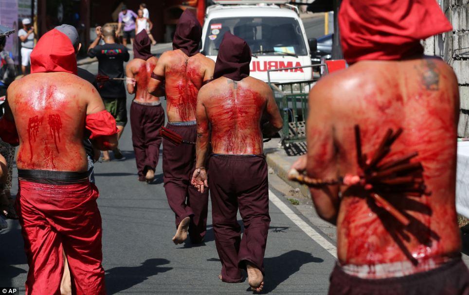 Ritual: com capuz penitentes nas Filipinas flagelar-se como parte dos rituais Quinta-feira Santa para expiar pecados em Mandaluyong, a leste de Manila