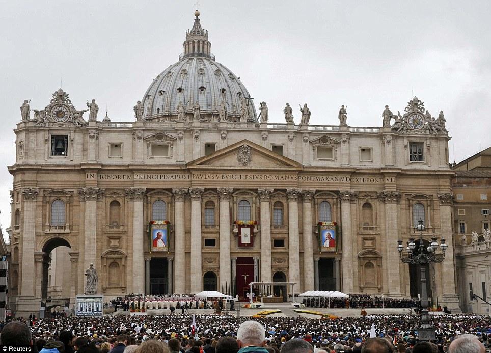 Big momento: fiéis católicos participar da cerimônia de canonização de Papas João XXIII e João Paulo II na Praça de São Pedro, no Vaticano