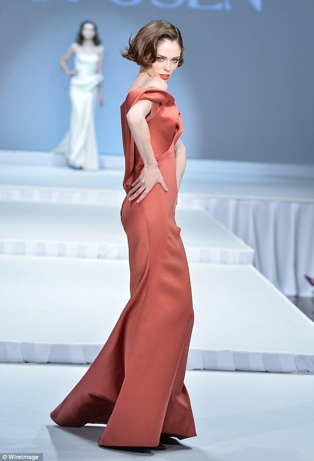 Fazer uma declaração: Rocha exalava confiança como ela fez uma entrada em uma variedade de vestidos