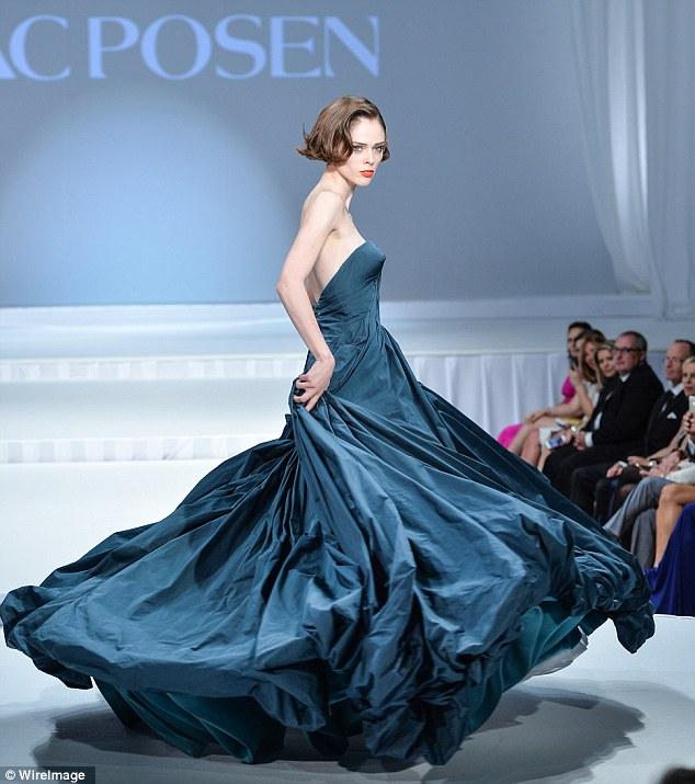 Momento do conto de fadas: modelo Coco Rocha empolgou em azul tafetá enquanto ela caminhava na pista no Suzanne Rogers apresenta Zac Posen fashion show no The Carlu em Toronto, Canadá