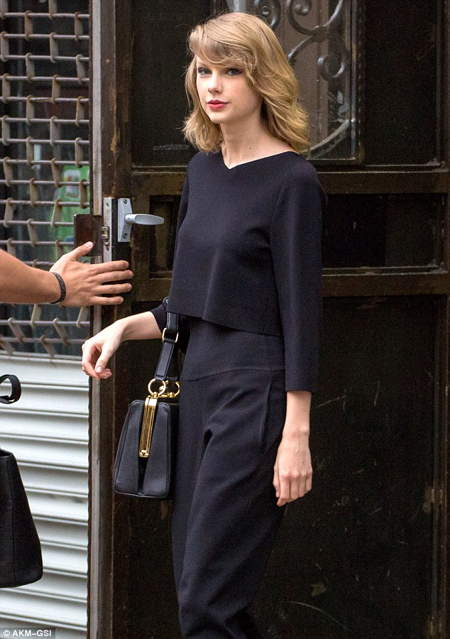Taylor Swift Owns Manhattan Sidewalk In Chic All Black