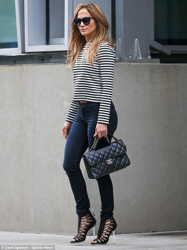 Olhar fresco: A 44-year-old estrela parecia bem juntos em jeans skinny, um top preto e branco com listras, céu salto alto e uma bolsa Chanel