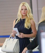 jessica simpson displays toned