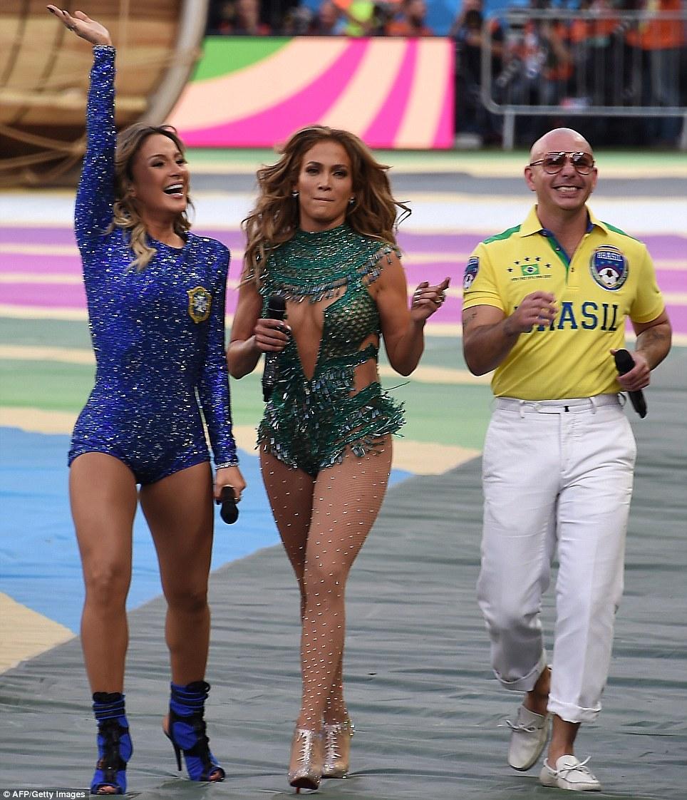 Superar: J-Lo em seguida, caminhou ao redor do estádio ao lado de Pitbull e cantora Claudia Leitte, e tornou-se visivelmente emocionado na manifestação de apoio das multidões