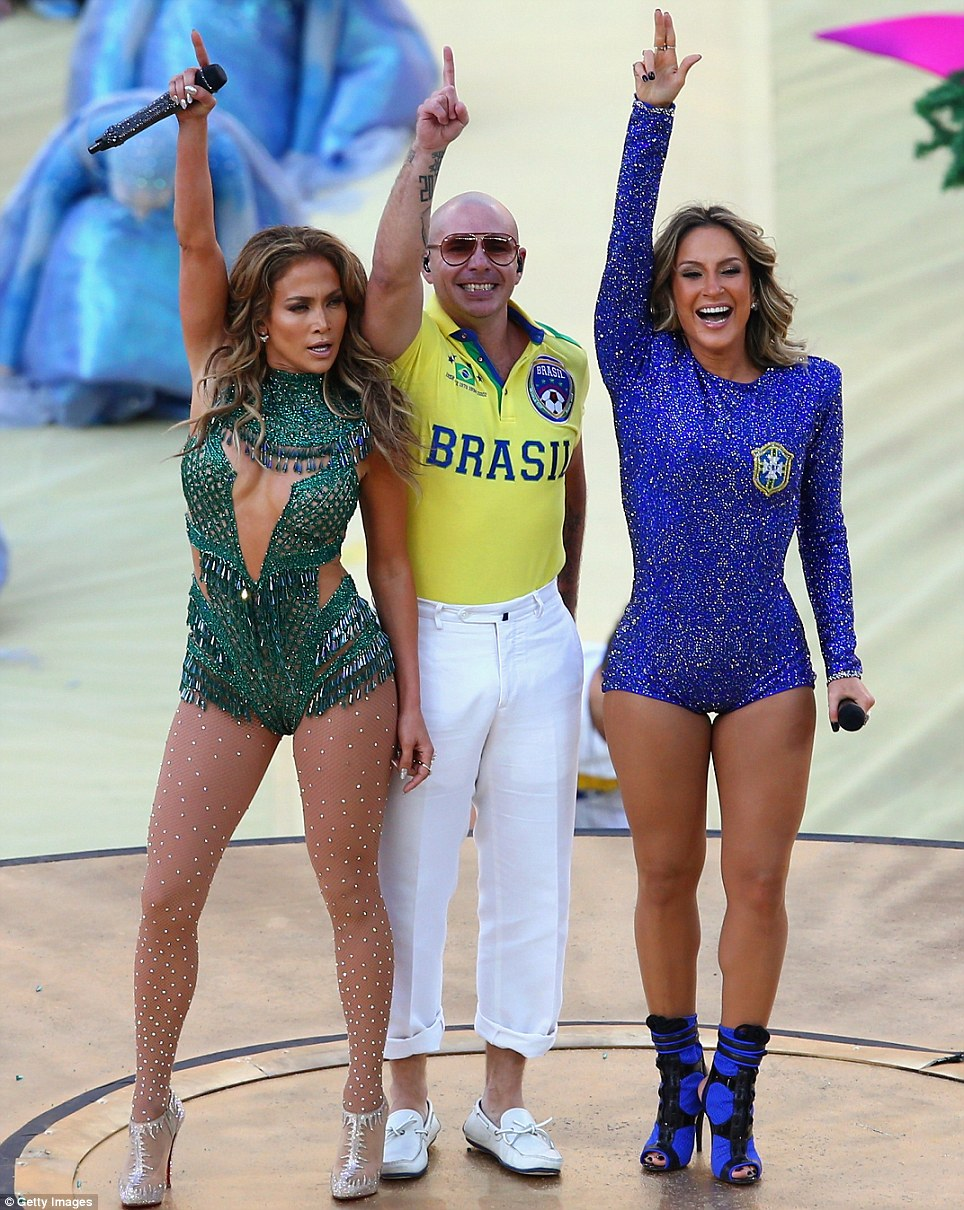Número 1 fãs: Jennifer, Pitbull e Claudia terminar o seu desempenho em grande estilo, enquanto a multidão foi à loucura na cerimônia de abertura