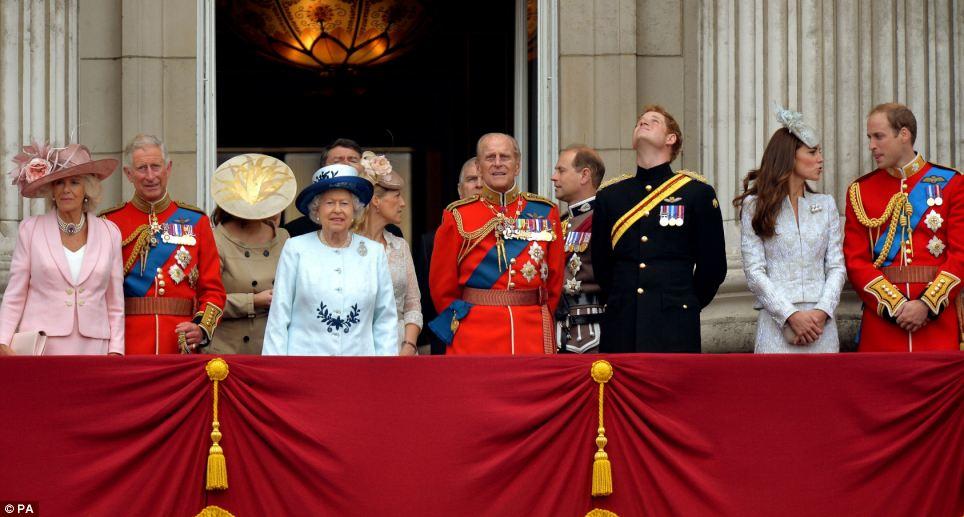 A Família Real: A rainha é acompanhado por membros da família real como eles vêem um passado voar pela RAF, na varanda do Palácio de Buckingham após o agrupamento a cor no Horse Guards Parade