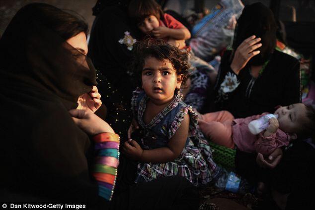 Familles Turkmènes dit combattants état islamique s'emparaient de leurs fils.  Les rumeurs se propagent qu'ils violaient les jeunes femmes ou les saisir pour le mariage forcé