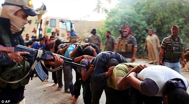 Militants Isis avec des soldats irakiens capturés en civil après avoir repris une base à Tikrit, en Irak