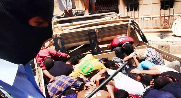 Les soldats ont été contraints de se coucher face contre terre dans des camions à plate-forme avant d'être chassé pour alaughter