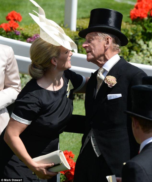 Olá vovô: Zara leva tempo para dar um beijo príncipe Philip