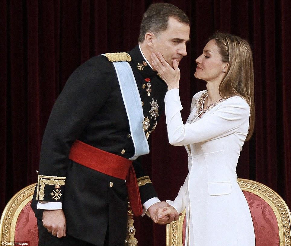Momento decisivo: o rei Felipe VI de Espanha e Rainha Letizia compartilhar um momento no Congresso de Deputados em Madrid, durante o primeiro discurso de seu reinado