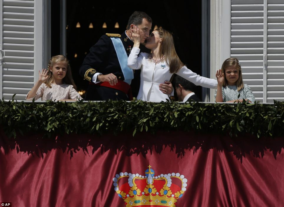Exibição pública: como Leonor (esquerda) e Sofia (direita) acenou para os milhares se reuniram em frente ao palácio real, seus pais se abraçaram