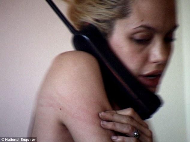 Incómodo: La estrella clava sus dedos en su piel durante la conversación por teléfono, dejando marcas rojas