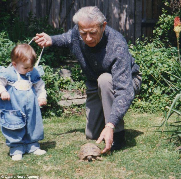 Trazendo alegria para as gerações: Tommy é retratado com pai e filha Vitalia da Sra. Floris, hoje com 25 anos, em 1989