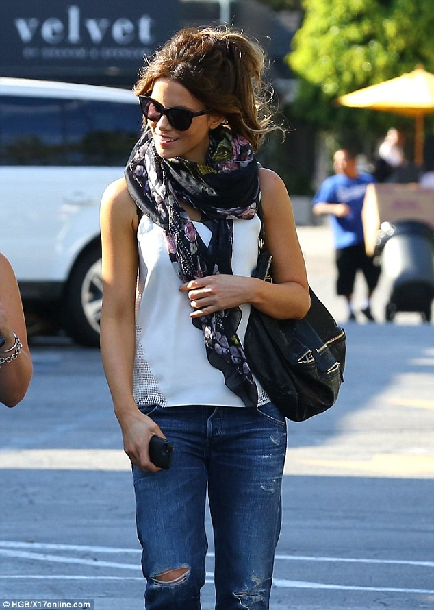 Kate Beckinsale wears boyfriend jeans while shopping in