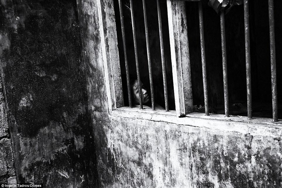Normalmente, a janela é coberto por uma peça de tecido.  A porta está trancada e Ketut é deixado sozinho, o dia todo, a noite toda.  Sua mãe o alimenta uma vez por dia