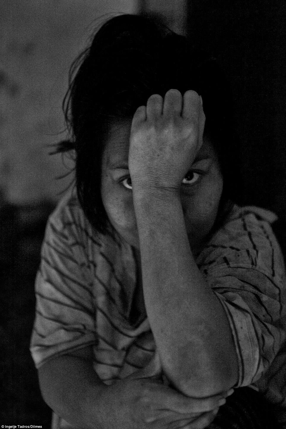 Kadek é uma das cerca de 300 pessoas com graves doenças mentais que vivem em Bali, que são mantidos em 'pasung', ou seja, eles estão presos em gaiolas ou correntes por suas famílias que não podem pagar para tratar a sua doença