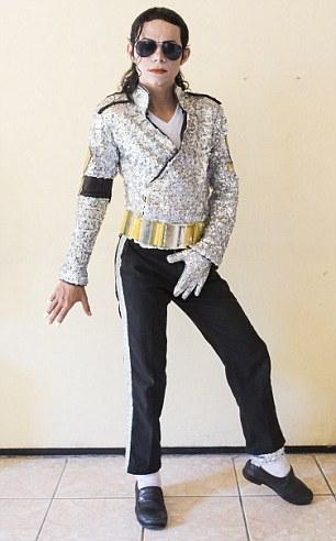 O imitador também gasta cerca de quatro horas por dia ensaiando seus passos de dança