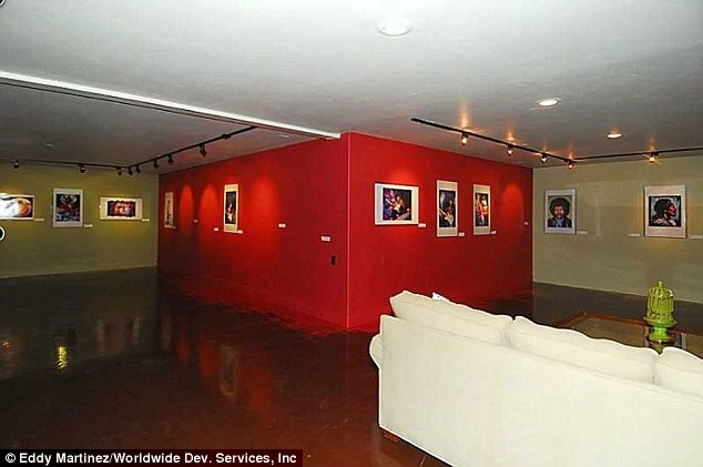 Algo para todos: A casa também dispõe de uma galeria de arte subterrânea