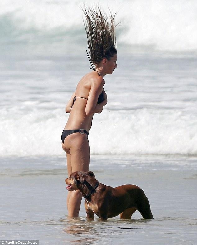 Afiado Beachy: Gisele foi vista sacudindo seus famosos fechaduras depois de seu mergulho