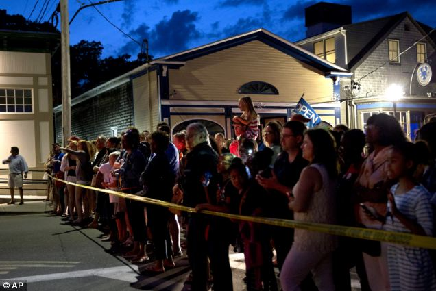 Missing in Washington: Hero worship, Massachusetts vacation style -- A crowd gathered to vie for a glimpse of Obama as he arrived for dinner at a Martha's Vineyard restaurant on Tuesday