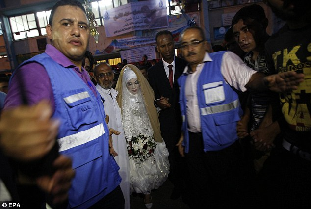 travailleurs du camp escorte le couple à travers la foule - le mariage était grand foyer pour le camp