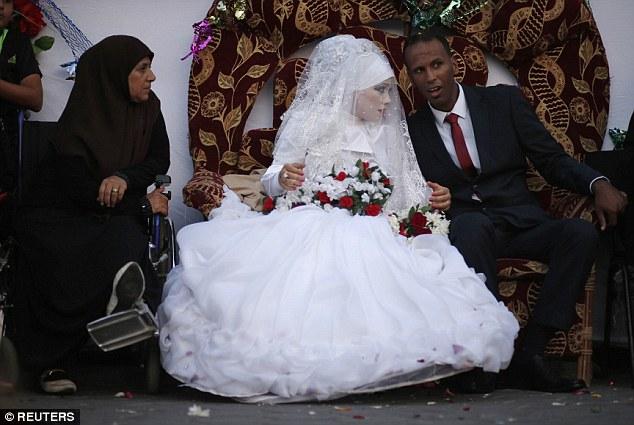 Bien que la guerre détruit leurs maisons et sa grande robe blanche, Omar Abu Namar, 30, et son épouse Heba Fayad, 23 ans, se sont mariés hier à Al-Shatea camp de réfugiés dans l'ouest de la ville de Gaza où ils séjournent le long de 4.000 réfugiés