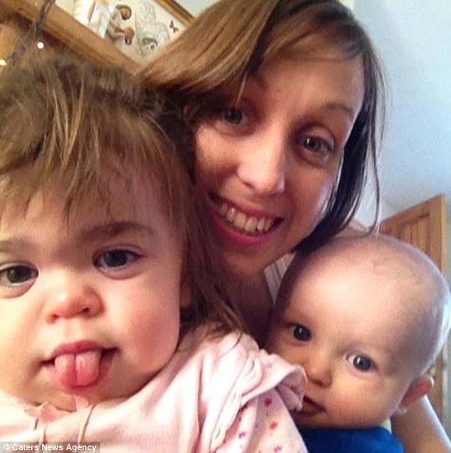 Os pais de Seren Elouise, na foto com seus filhos, e Simon, foram advertidos a única chance de sua filha de sobrevivência era um transplante de medula óssea