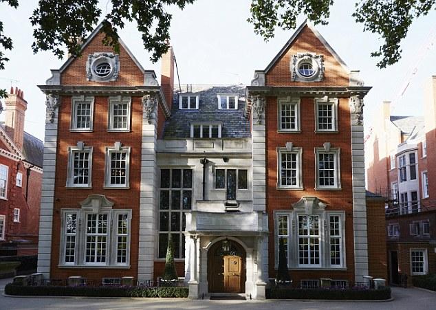 Grau II * casa -listed de Tamara fica na rua mais cara de Londres, Palácio de Kensington Gardens, onde seus vizinhos incluem embaixadores e do outro lado da estrada o duque ea duquesa de Cambridge