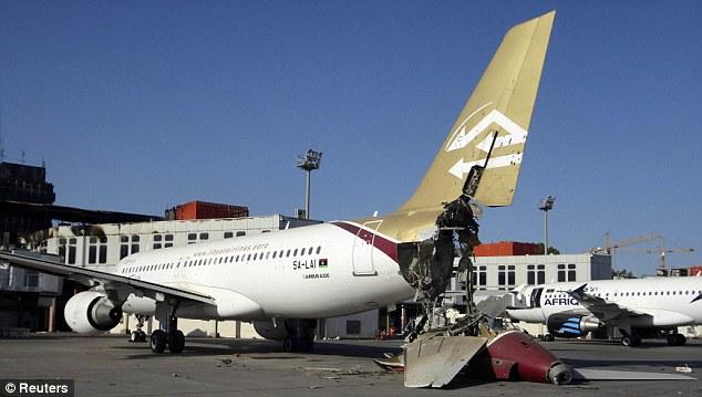 Un avion gravement endommagé à l'aéroport international de Tripoli