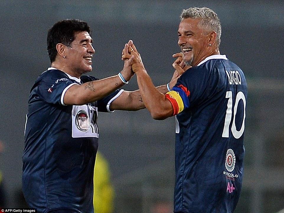 Anulación de los años: Diego Maradona (L) y Roberto Baggio combinaron para el italiano para anotar el segundo gol Scholas '