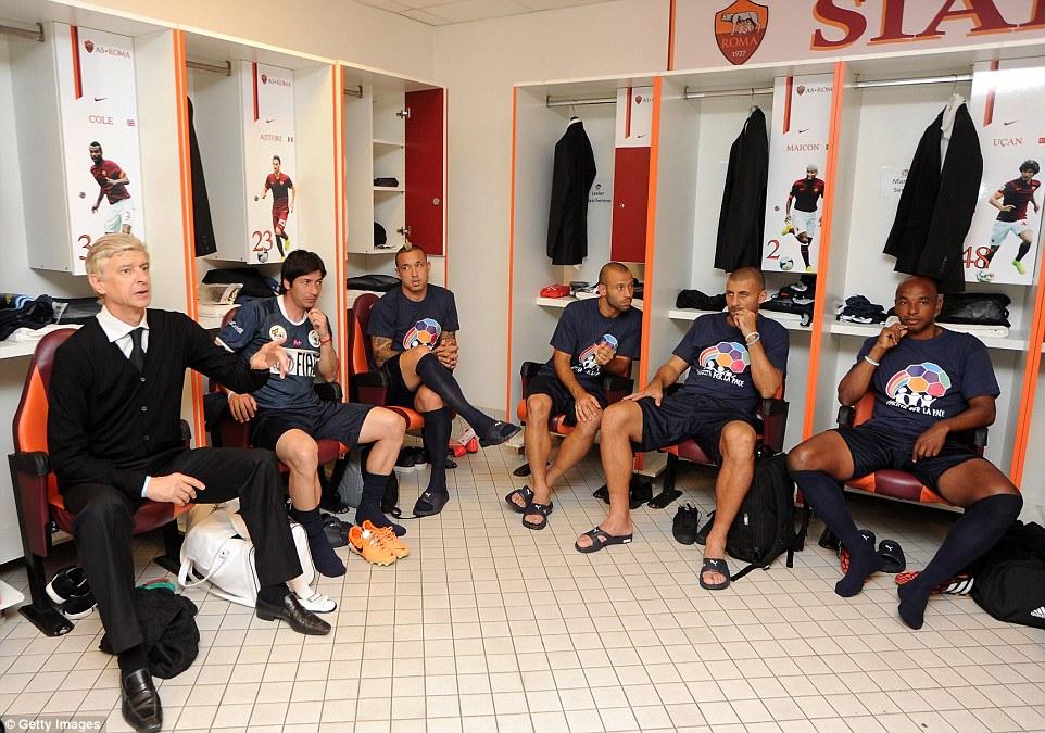 Hablando tácticas (desde la izquierda): Arsene Wenger frente a sus jugadores antes del saque inicial