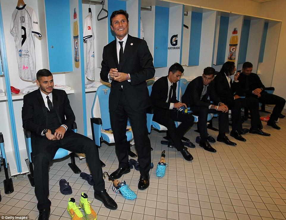 Dressed to impresionado: Javier Zanetti (centro) goza de una broma antes del partido
