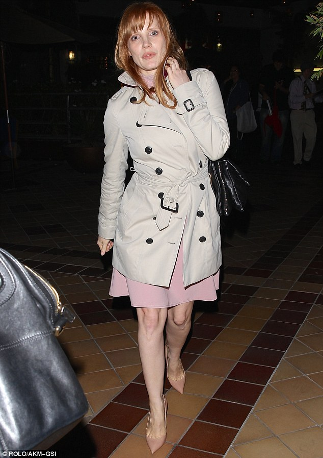 Jessica Chastains Trendy In A Trench Coat As She Arrives