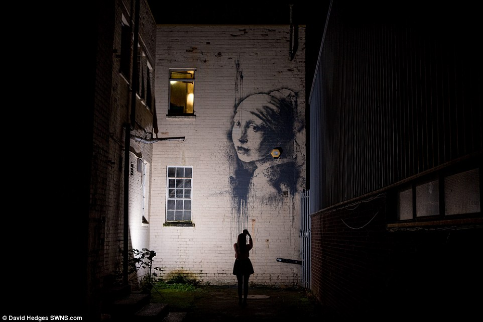 Girl Face Wallpaper For Mobile Banksy S Version Of Girl With A Pearl Earring Appears On