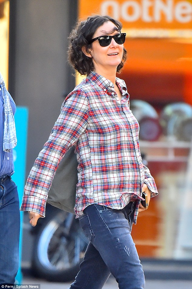 Pregnant Sara Gilbert covers up her baby bump in grunge