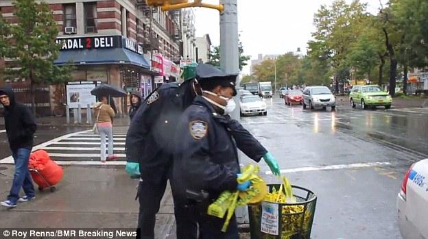 Polizisten entsorgen Schutzkleidung
