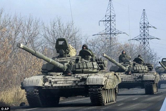 Un convoy militar rebelde pro-rusa se mueve hacia Donetsk, Ucrania oriental, el lunes