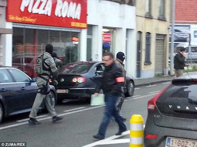 Cuatro hombres armados irrumpieron en un apartamento en la ciudad belga de Gante y la policía cree que han tomado como rehenes. En la imagen, la policía en la escena