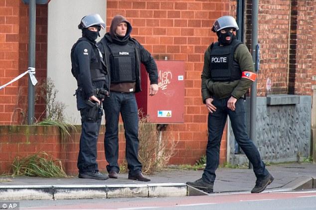 Policía de las fuerzas especiales custodian una calle de Gante. Los periodistas locales dicen que la policía cree que el incidente está relacionado con las drogas