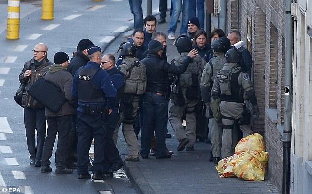 Según informes de prensa, cuatro hombres armados invadieron un apartamento en el Pilorijnstraat esta mañana