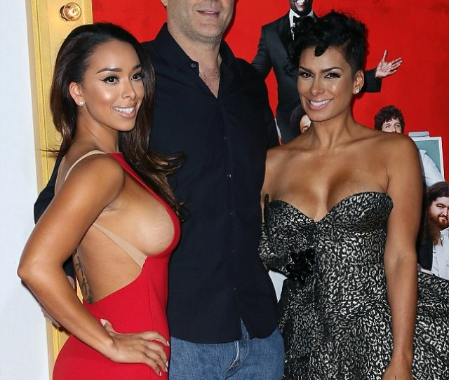 Eyes Front Vince Vaughn Sandwiched Himself Between Sexy Reality Star Sisters Gloria In Red