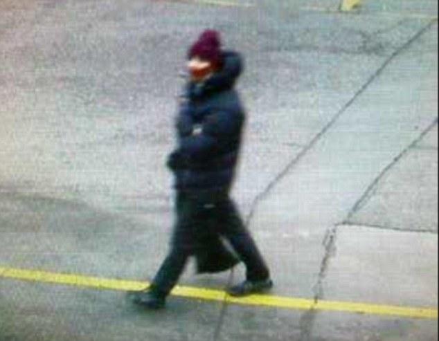 Sospechoso: Policía lanzó esta imagen CCTV de un hombre que están buscando en relación con el atentado