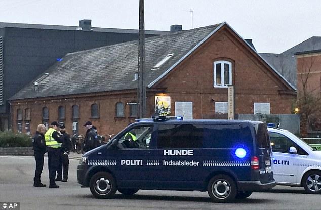 Respuesta de emergencia: Policía se reúnen fuera de la cafetería, donde un hombre fue muerto a tiros y otros resultaron heridos