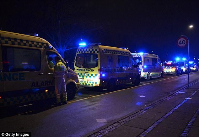 Las ambulancias estaban en alerta en la escena en la que el hombre armado, quien no ha sido identificado, abrió fuego contra los agentes