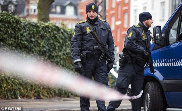 Policías armados continuaron patrullando las calles de la ciudad el domingo por la mañana con la ciudad sigue en alerta máxima
