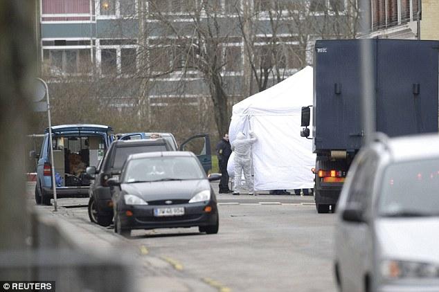 Equipos forenses trabajan en el lugar en Norrebro donde un hombre, que se cree haber sido responsable de dos ataques de lobo solitario, fue muerto a tiros por disparos de la policía esta mañana