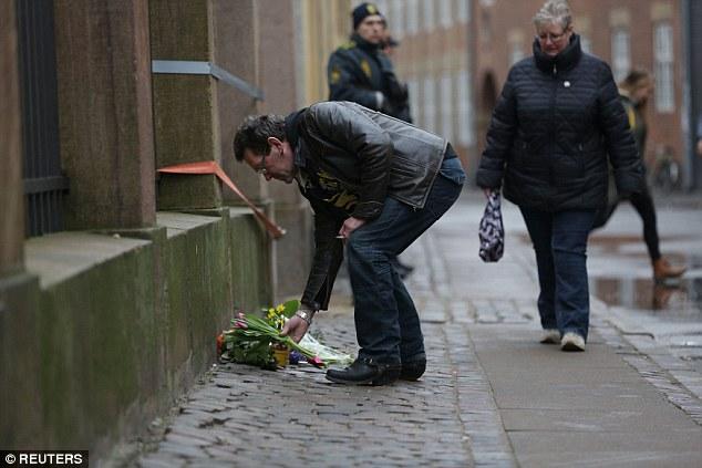 Ofrendas florales fueron dejados en las calles que rodean a la Gran Sinagoga, donde un hombre, llamado localmente como Dan Uzan, fue asesinado mientras trabajaba como guardia de seguridad en un Bat Mitzvah